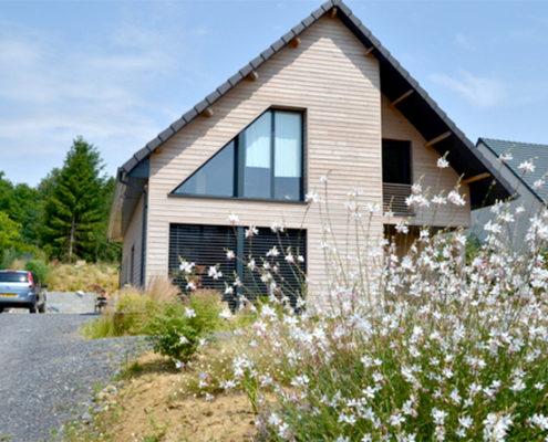 Maison moderne en bois dans la campagne près de Paris